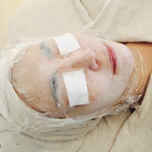皮膚を温め密封することで美容成分を入れ込みます。